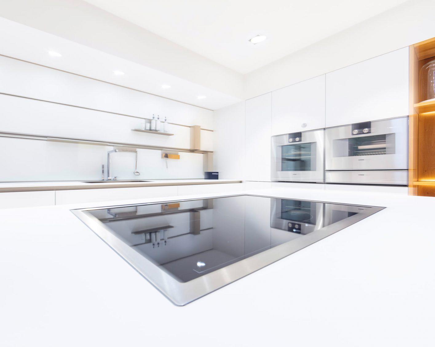 Blick auf Kochfeld in weißer Küche