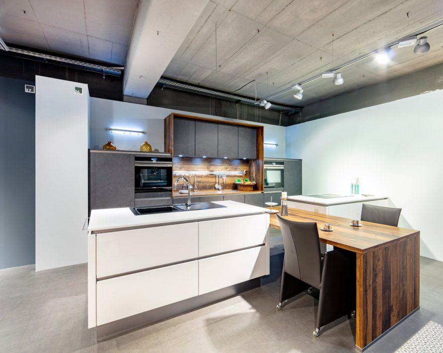 Ausstellungsküche mit weißen Fronten bei Specht