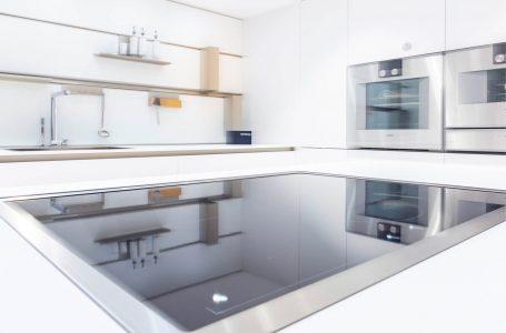 Weisse Küche mit Fokus auf das Kochfeld