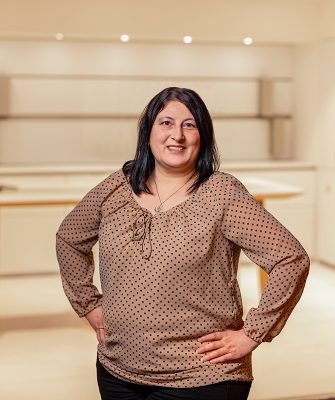 Portrait von Mitarbeiterin Dilek Ermisoglu