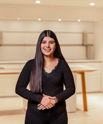 Portrait von Mitarbeiterin Yeliz Cokluk