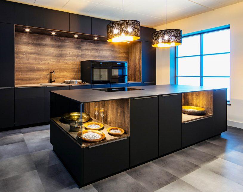 Hochwertige, dunkle Küche mit eingelassenen Vitrinen
