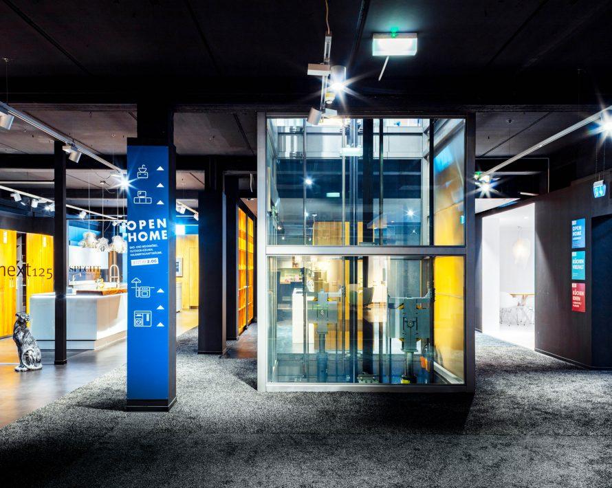 Gläserner Aufzug im Specht Küchenstudio
