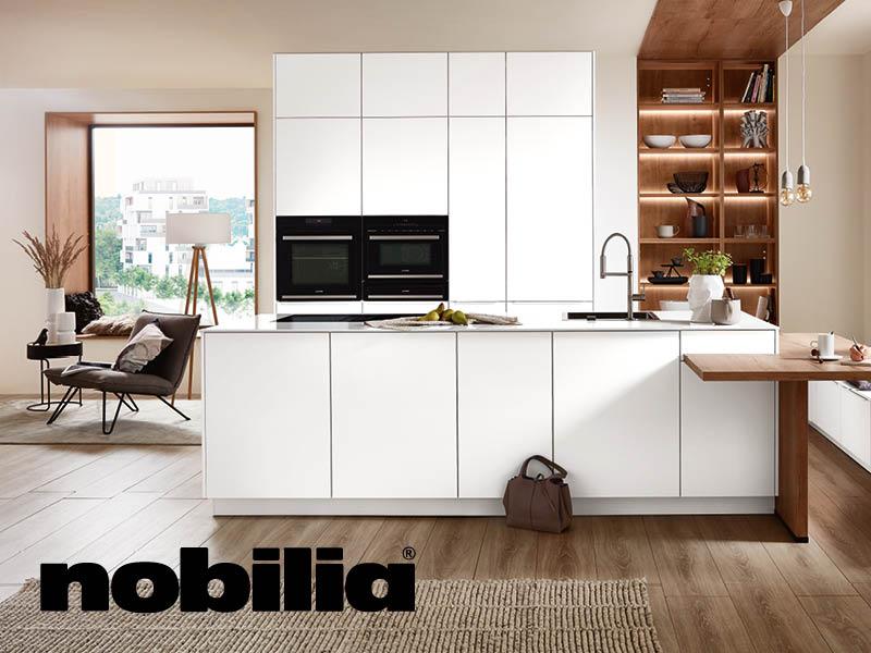 weisse nobilia-Küche mit Holzfussboden