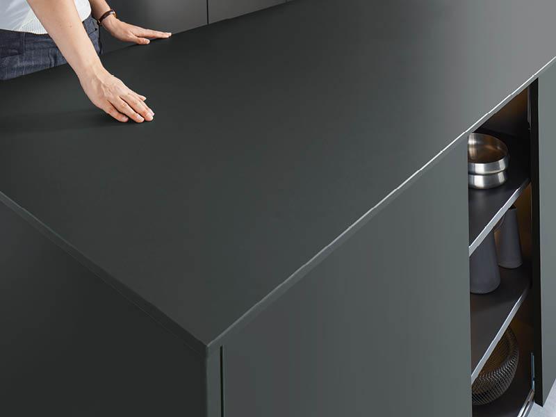 Schüller-Küche schwarze Arbeitsplatte