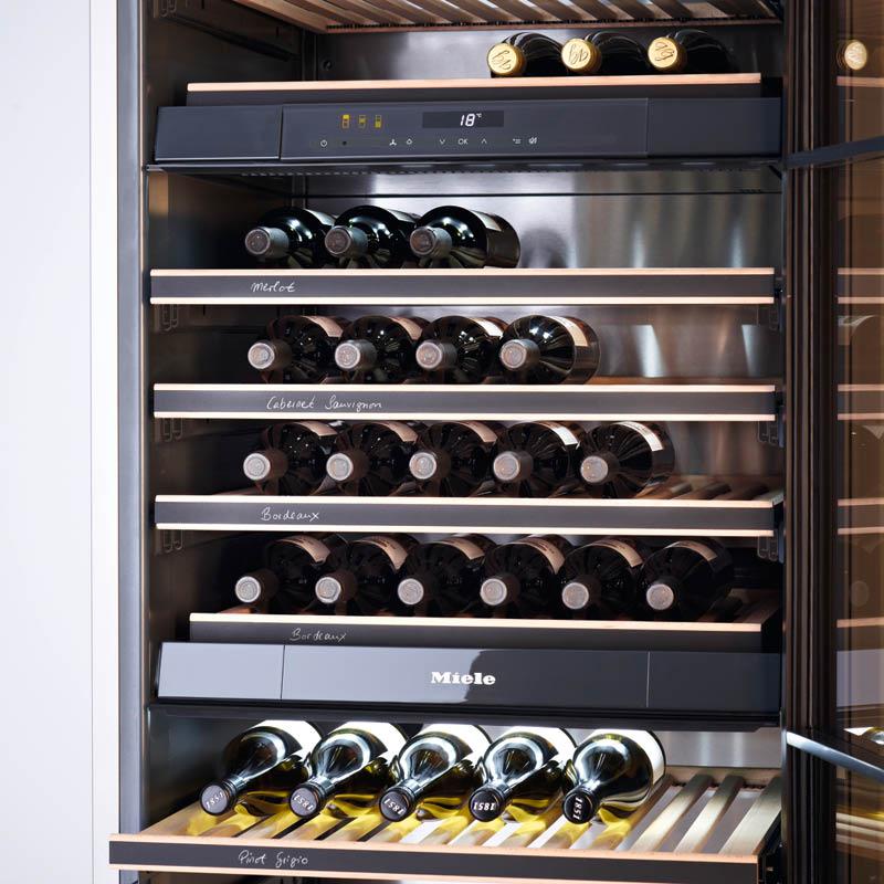Weinkühlschrank von Miele, Sicht auf gelagerte Weinflaschen